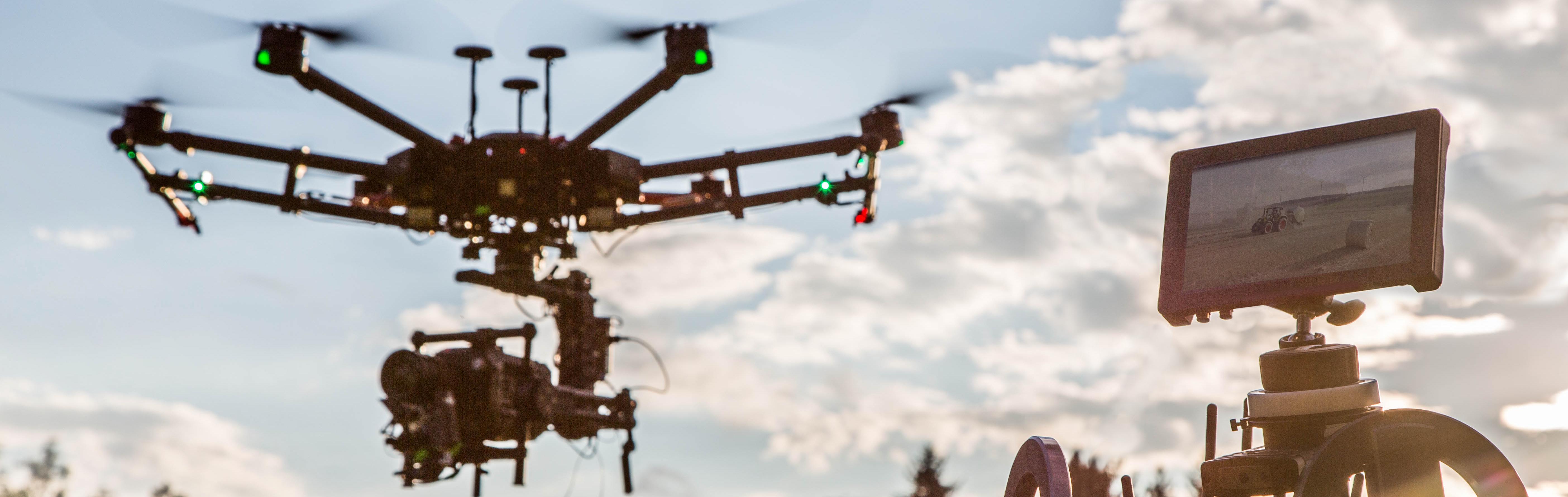 LED Drohne München 100.000 lumen flugaufnahmen alexa red Drohnendienstleister drohnenpilot bayern profi filmcrew